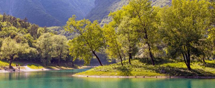 """Il lago di Tenno: un'oasi di pace sulle rive del """"Lago Azzurro""""!"""